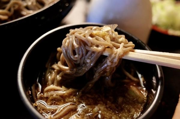 細麺田舎蕎麦を鯖出汁とろろつゆで手繰る