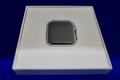 箱の上蓋を開いたApple Watch series 4の交換機