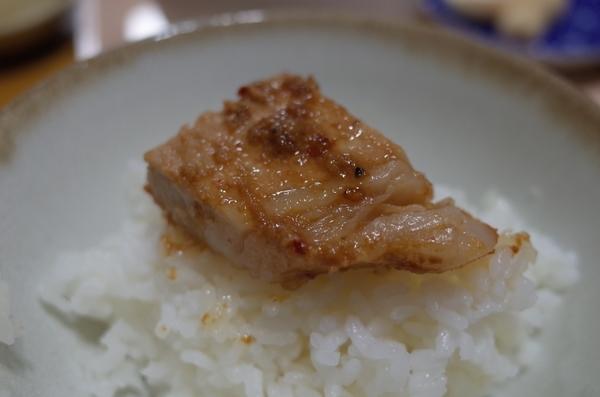 味噌豚をご飯に載せる