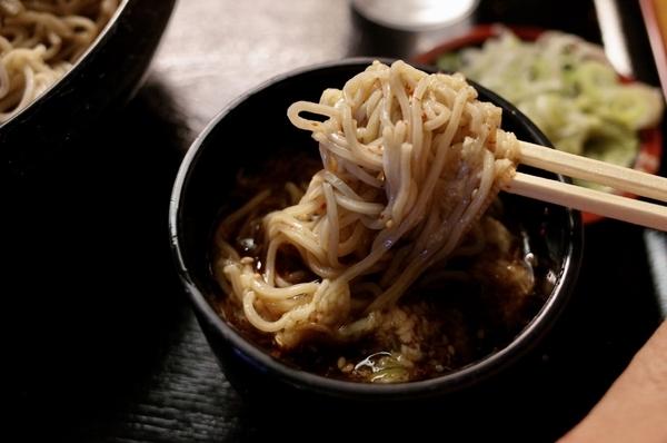 鯖出汁とろろつゆで恵み蕎麦を手繰る