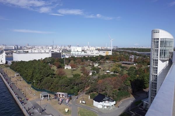 東京ゲートブリッジの歩道から江東区立若洲公園を見下ろす