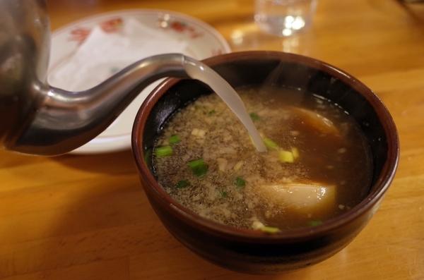 スープ割りを注ぐ