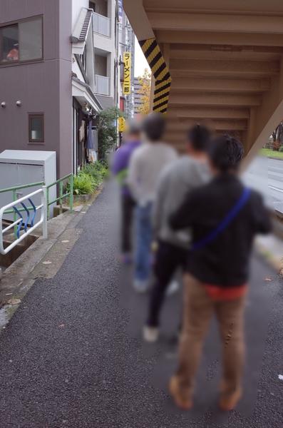 歩道橋下の行列
