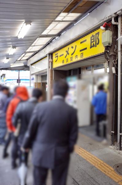 雨のラーメン二郎関内店