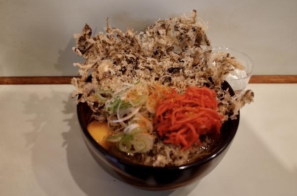 舞茸天玉そば(510円)+大盛(50円)+セルフ紅生姜&七味唐辛子