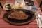 最初に登場したステーキとサラダ