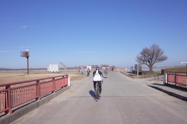 西橋を渡り谷中湖中央へ