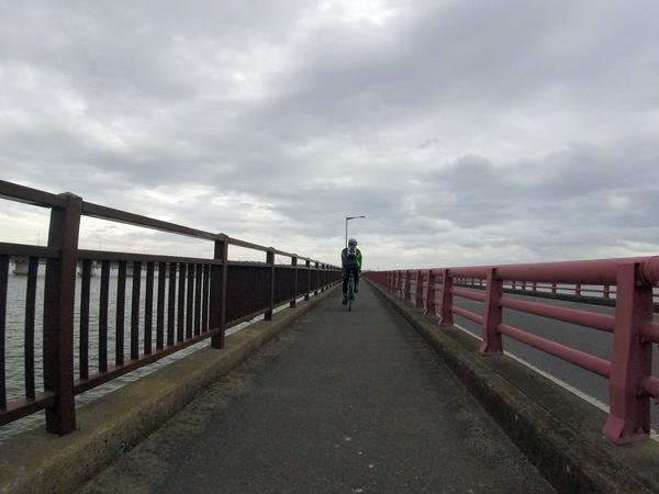 神宮橋を渡る