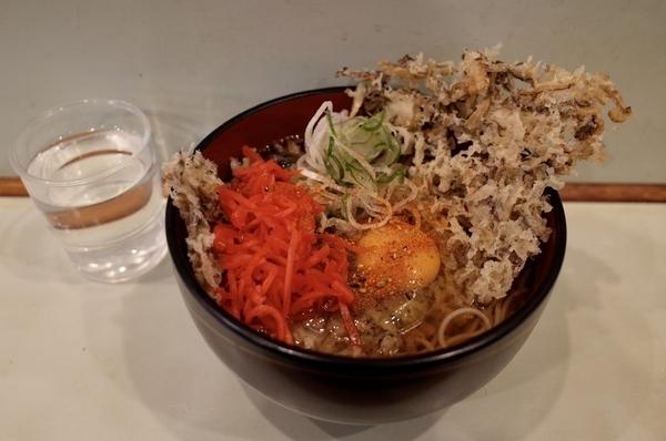 舞茸天玉そば(510円)+大盛り(50円)+セルフ紅生姜&七味唐辛子