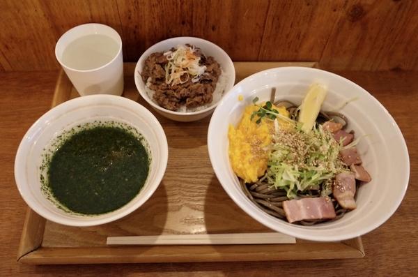 バジル温そば(900円)+牛スジごはん(250円)