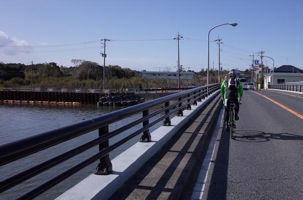 一宮大橋で一宮川を渡る