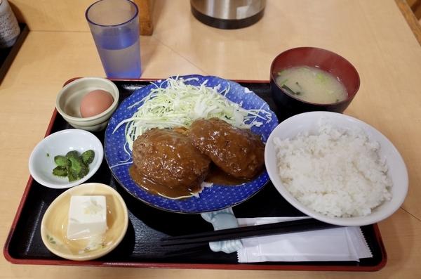 ハンバーグ定食生玉子付(830円)