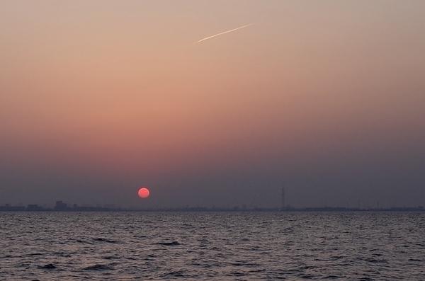 夕陽とスカイツリーと飛行機雲