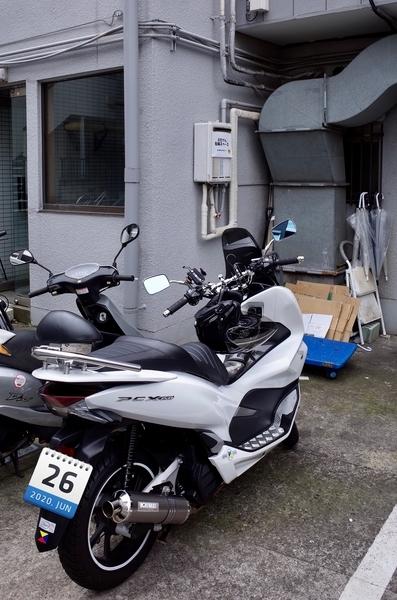 裏のバイク置き場