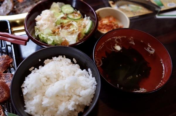 ご飯・ワカメスープ・サラダ・キムチ