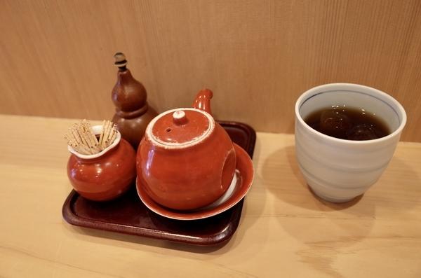 卓上の調味料と冷たい烏龍茶