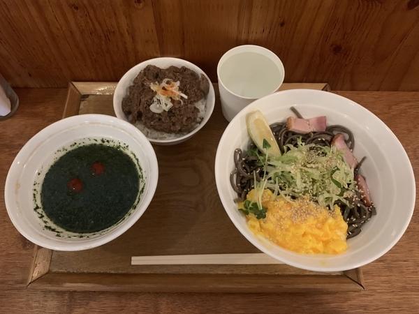 バジル冷そば(900円)+牛スジごはん(250円)