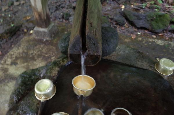 冷たい湧水の手水で手を清める