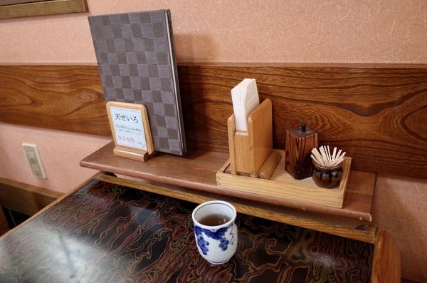 卓上の調味料と温かい蕎麦茶