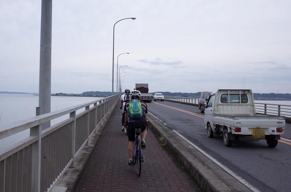 霞ヶ浦大橋を渡る