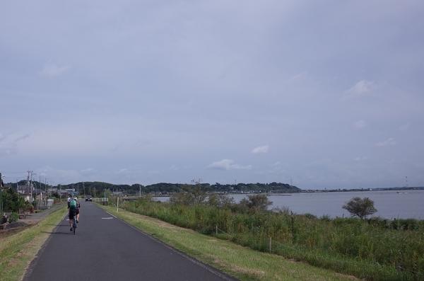 更に湖岸を南東に進む