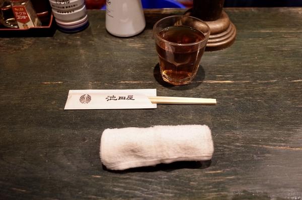 冷たいお茶とお手元と温かいおしぼり