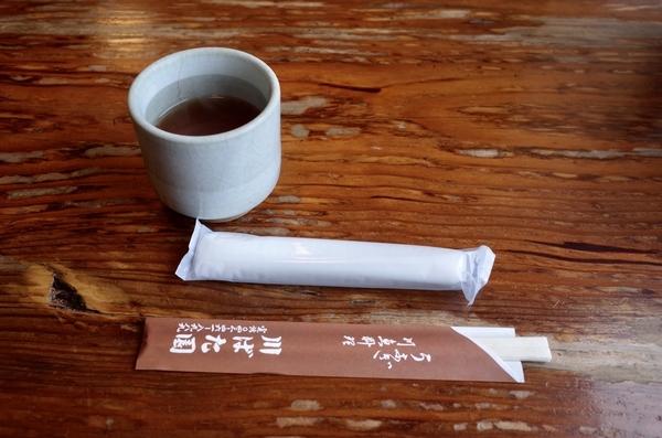 ほうじ茶と紙おしぼりとお手元