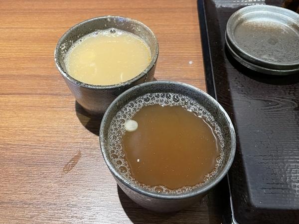 2色の蕎麦湯