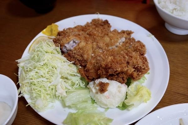 ジャンボチキンカツ定食(1050円)