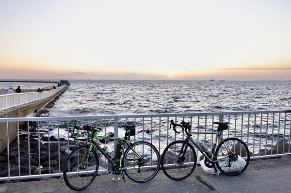 検見川浜の夕陽とチャリ二台