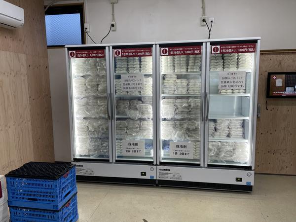 店内正面の冷凍ケース