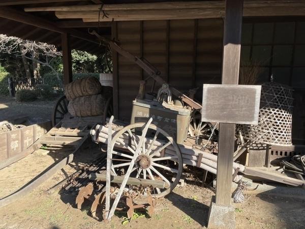 納屋の前の展示