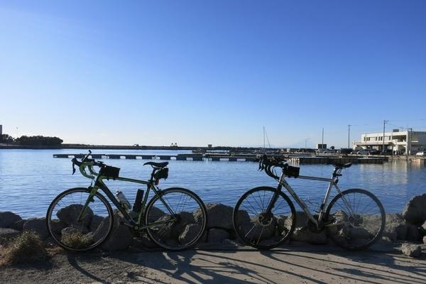 保田漁港とチャリ二台