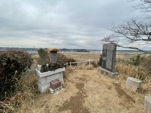 富士塚の石祠(小御岳石尊大権現・富士山浅間大神)と寺崎城石碑