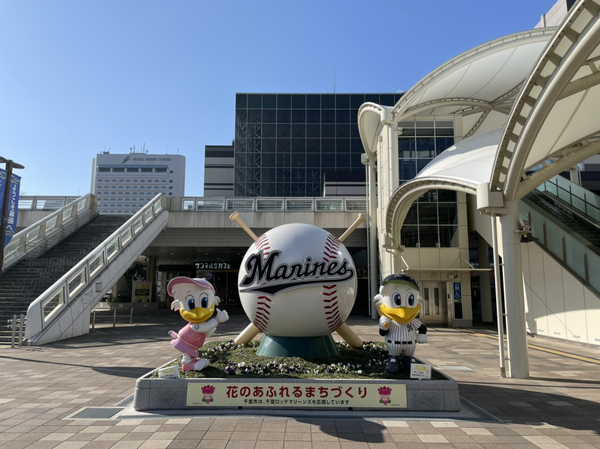 JR海浜幕張駅前の千葉ロッテマリーンズのモニュメント