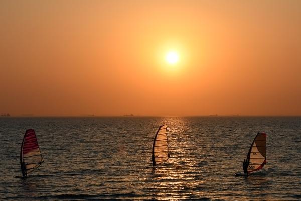 夕陽とウインドサーフィン