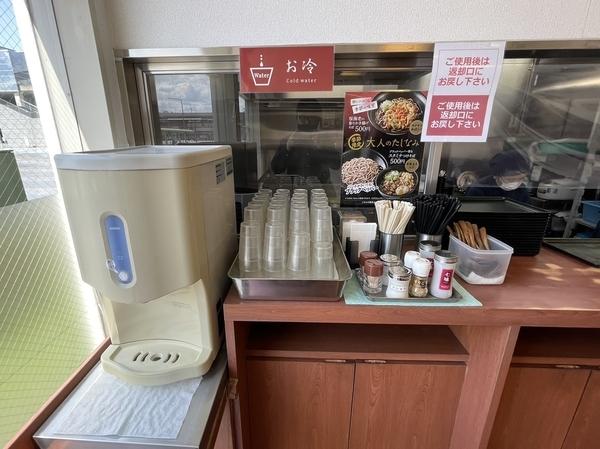 カウンターの給水機と調味料