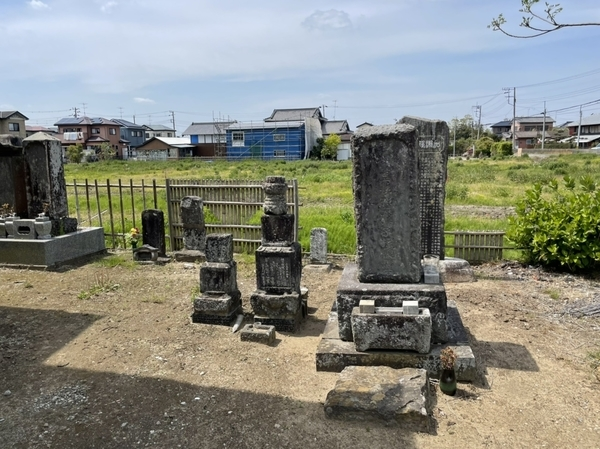 本堂右奥の君塚家の墓地