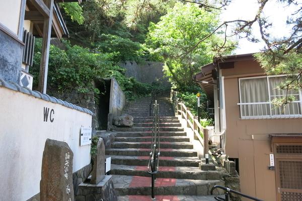 旧港屋旅館前の石段
