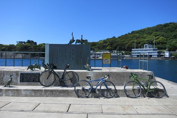 波浮港歌碑とチャリ三台