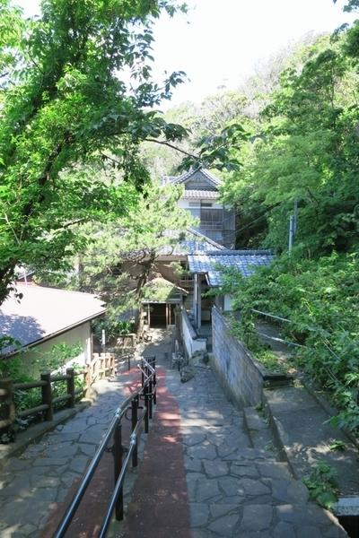 石段上から見た旧港屋旅館