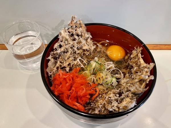 舞茸天玉そば(510円)+セルフ紅生姜&七味唐辛子