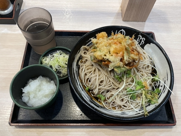 小柱と水菜のかきあげそば【冷】(580円) +鬼おろし(100円)
