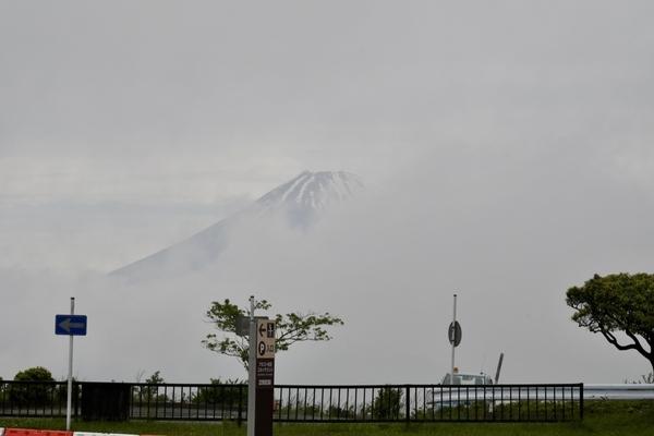 一瞬だけ微かに見えた富士山