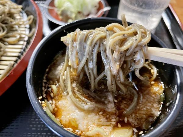 黒胡麻ダッタン蕎麦を鯖出汁とろろで手繰る