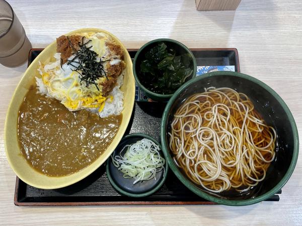 満腹カレーかつ丼セット【温そば】(770円)+三陸わかめ(100円)