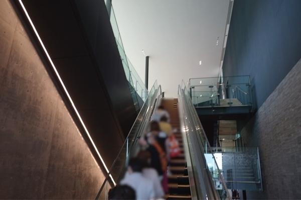 2階に上がるエスカレーター