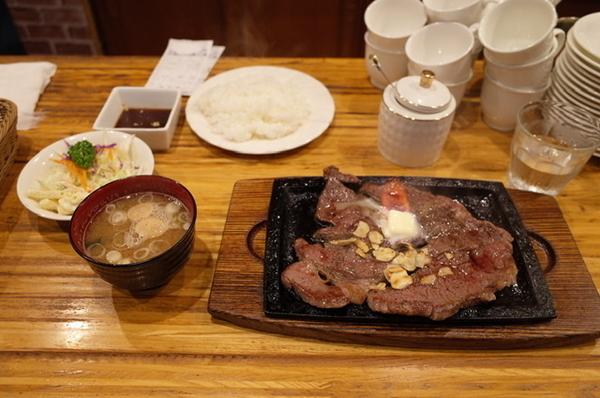 会長ステーキ400g(1837円)ライス・サラダ・みそ汁付き