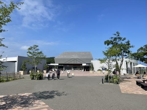 エントランス棟の先の国立アイヌ民族博物館