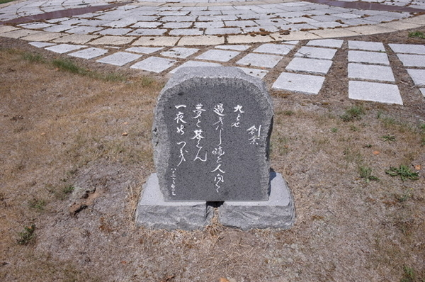 銅像を取り囲む碑